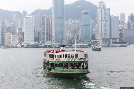 Перемещение на пароме в Гонконге