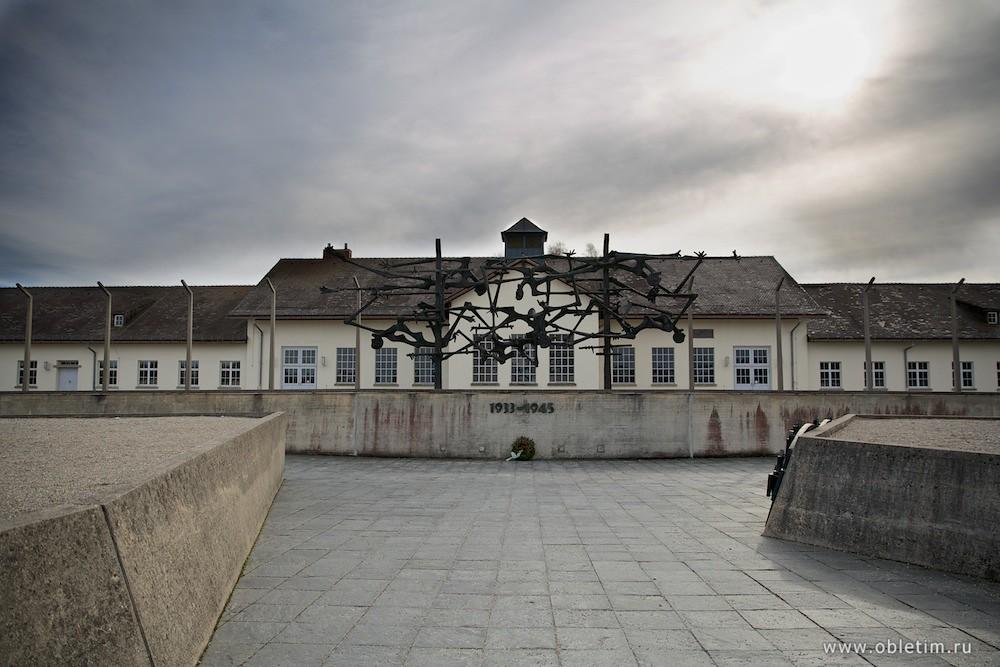 Концлагерь Дахау. Памятник повисшие люди на колючей проволоке.