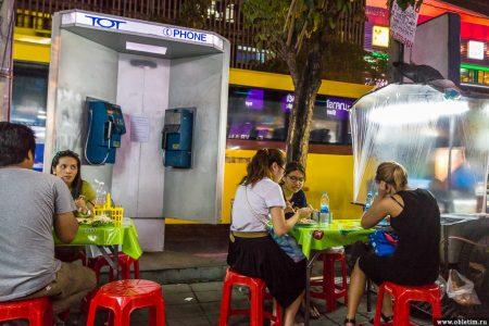 Еда на улицах города Бангкок или Пад Тай